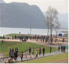 The citizen who are strolling in the Waterfront park of Nakdong river [ 낙동강 수변 공원에서 한가롭게 산책을 하는 시민들 ]