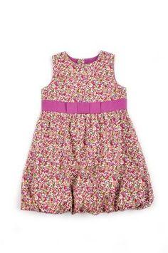 Vestido para niña, con ruedo bombacho, con estampado de florecitas moradas y rojas.