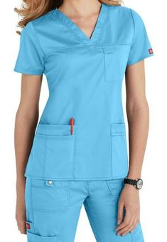 Dickies Gen Flex scrubs are great for all nurses. Man or women, short or tall, thin or pregnant, these Scrubs and Beyond scrubs will keep you comfortable and organized! Scrubs Outfit, Scrubs Uniform, Stylish Scrubs, Medical Scrubs, Nursing Clothes, Sporty Look, Scrub Tops, Costume, V Neck