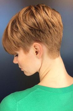 """How to style the Pixie cut? Despite what we think of short cuts , it is possible to play with his hair and to style his Pixie cut as he pleases. For a hairstyle with a """"so chic"""" and pointed… Continue Reading → Pixie Hairstyles, Short Pixie Haircuts, Women Pixie Haircut, Pixie Haircut Styles, Braid Hairstyles, Haircut For Older Women, Short Hair Cuts For Women, Short Hair Styles, Caramel Hair"""