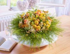 Zart, kuschlig, einfach liebevoll. Dieser runde Frühlingsstrauß vermittelt Herzlichkeit und Wärme. Die Farben drücken die positive Energie der ersten warmen Sonnenstrahlen aus. Der Rand aus frischem Grün gibt den zarten Blumen einen schützenden Halt. Strauß designed by FDF Foto: Blumenbüro & FDF, J. Manegold