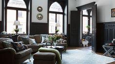 Vardagsrum är en central del i de allra flesta hem. Men att hitta rätt stil är inte alltid så lätt. Här har vi valt ut några villor och lägenheter med helt underbara vardagsrum. Bläddra vidare för att få inspiration av allt från en trendig svartvit sekelskiftesvåning till ett vardagsrum med utsikt över hela Stockholm.