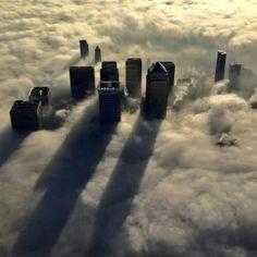 #Pinterest Vista aérea de los rascacielos más altos de Londres en el amanecer de un día con niebla.