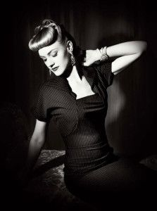 Black and white pin up girl 40s Fashion, Girl Fashion, Vintage Fashion, Fashion Design, Film Noir Photography, Vintage Mode, Vintage Style, Glamour, Chic Dress