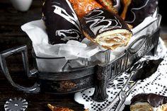 Schwarze Sesam-Tarte mit Kokos-Panna Cotta und Kiwi Black sesame tart with coconut panna cotta and kiwi – tongue circus Parfait Desserts, Marzipan, The Great British Bake Off, Kokos Panna Cotta, Fun Cupcakes, V60 Coffee, Chocolate, Coco, Food Cakes