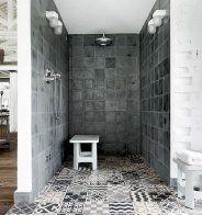 Une douche ouverte aux multiples nuances de gris - Marie Claire Maison