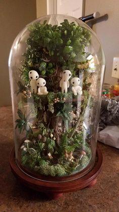 Ce magnifique terrarium en hommage à Princesse Mononoké est une création de Randomdorkgirl, une maman créative qui a décidé de construire un terrarium inspiré du célèbre film d'Hayao Miyazaki pour l'anniversaire de sa fille. Ce terrarium Princesse Mononoké est habité par des Yôkai, les petits esprits de la forêt, et dévoilera une lumière douce lorsque la nuit tombera.