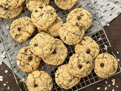 A healthier take on the classic chocolate chip cookie, this chocolate chip cookie recipe calls for Kodiak Cakes Buttermilk Power […] Protein Chocolate Chip Cookies, Protein Cake, Protein Snacks, Keto Cookies, Cake Cookies, Healthy Treats, Yummy Treats, Kodiak Cakes, Cookie Recipes