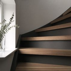 - Stairway Designs & Ideas - Industrial grey Flexa trap idee met RAL 9016 wand, Industrial gray Flexa staircase idea with RAL 9016 wall, Stair Makeover, Stair Decor, House Stairs, Staircase Design, Staircase Ideas, Modern Staircase, Hallway Ideas, Home Reno, Basement Remodeling