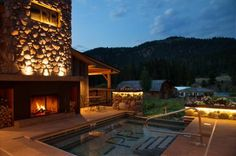 Rainbow Ranch Lodge Gallatin Gateway (Montana) Big Sky is 25 minutes' drive from this mountain lodge. Guests can enjoy massage treatments on site. Rooms offer rustic elegance and feature a flat-screen satellite TV.