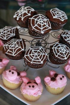 Charlotte's Web themed birthday party- the cupcakes turned out great! They were fairly easy and fun to make! I even found strawberry flavored icing that was already pink, so made making the pig ones easier! Spider Cupcakes, Pig Cupcakes, Themed Cupcakes, Charlottes Web Activities, Charlotte's Web Book, Kids Book Club, 2nd Birthday Parties, Birthday Ideas, This Is A Book