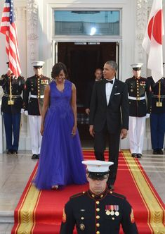 Pin for Later: The 28 Most Magnificent Gowns Michelle Obama Wore While in the White House Wearing Tadashi Shoji at a state dinner with Japanese Prime Minister Shinzo Abe and his wife, Akie Abe, in Barrack And Michelle, Michelle And Barack Obama, Michelle Obama Pictures, Stunning Dresses, Nice Dresses, Presidents Wives, Barack Obama Family, Michelle Obama Fashion, Tadashi Shoji