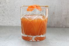 Drinks In Season: Pumpkin Old Fashioned! Forget Pumpkin Spice Lattes, Try a Pumpkin Old Fashioned! PSL's step aside, this whiskey sipper is perfect for sweater weather. Fall Cocktails, Fall Drinks, Whiskey Cocktails, Mixed Drinks, Halloween Cocktails, Bourbon Whiskey, Pumpkin Butter, Pumpkin Pumpkin, Cocktail Recipes