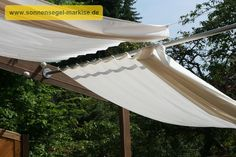 Holzpergola schräg kombinierter Sonnenschutz & Regenschutz