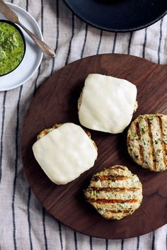 Spinach Basil Pesto Chicken Burgers BEST CHICKEN BURGER EVER — healthy chicken burgers with an easy homemade basil pesto, mozzarella and all the toppings! Basil Pesto Chicken, Chicken Salad, Healthy Chicken, Chicken Recipes, Chicken Marinades, Easy Healthy Dinners, Healthy Recipes, Healthy Options, Foods