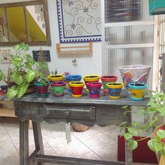 Bom dia! Como é bom mudar tudo de lugar! Arrumando os vasos novos!!! Esse colorido me deixa tão feliz! Por aqui já estão acontecendo as vendas de Natal e o atelier estará aberto no sábado! Te espero!  #alemdaruaatelier #alemdarua #verokraemer #vasospintadosamao #vasosdecorados #vasoscoloridos #bazardenatal