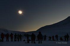 Al inicio de la primavera en Longyearbyen, en el archipiélago ártico de Svalbard (Noruega), se podría esperar nieve y frío. Pero para observar la carrera de la  sombra de la Luna sobre el norte de la Tierra hizo buen tiempo. El 20 de marzo, la región estuvo 3 minutos sumida en la oscuridad durante el  eclipse solar total, mientras protegidos cazadores de eclipses presenciaban el Sol oscurecido en un cielo claro y frío. En esta instantánea captada cerca del final de la totalidad, la corona…