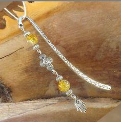 Marque page style tibétain perle jaune Tassel Bookmark, Bookmark Craft, Diy Bookmarks, Beaded Bookmarks, Book Marks, Beading Ideas, Beadwork, Metallica, Jewelry Ideas