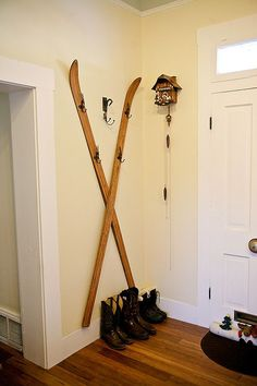 Use vintage skis as a coat rack. Buena Vista, CO mountain home Vintage Ski Decor, Vintage Ski Posters, Vintage Wood, Décor Ski, Ski Chalet, Diy Coat Rack, Coat Racks, Ski Lodge Decor, Diy Wardrobe
