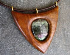 Dřevěný šperk - ořešák a rubín zoisit [Interesting adaption of a spear-point] Driftwood Jewelry, Wooden Jewelry, Resin Jewelry, Jewelry Crafts, Dremel, Couture Cuir, Wooden Necklace, Wood Stone, Wood Resin