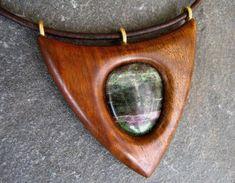 Dřevěný šperk - ořešák a rubín zoisit [Interesting adaption of a spear-point]
