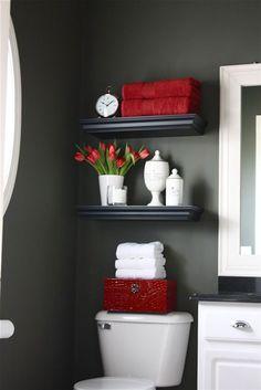 Déco WC peinture couleur gris antracite, étagères noir et éléments de decoration rouge et blanc
