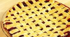 Essayez cette recette de tarte aux fruits recouverte d'un tressage traditionnel. Belle à regarder et bonne à manger ! Anna Olson, Biscuits, Apple Pie, Bread, Desserts, Food La, Fruit Cobbler, Pies, Canadian Recipes