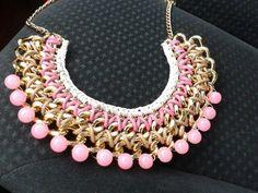 Collar babero trenzado en tono rosa .jpg 640×480 píxeles