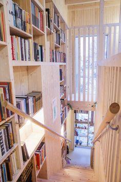 Hele meter over sofaen har de vindu mot himmelen. Scandinavian Interior Design, Scandinavian Home, Loft Staircase, Stairs, Compact Living, Prefab, Small Apartments, My Dream Home, Bookshelves