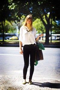 Mais um look simples e bonito: Blusa branca, calça preta, mocassim dourado e maxi colar.