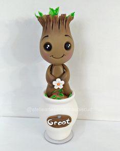 Boneco Groot versão baby no vasinho com aproximadamente 16 cm de altura em base de acrílico. Polymer Clay Kawaii, Fimo Clay, Polymer Clay Projects, Disney Clay Charms, Fondant Animals, Cute Clay, Toy Art, Creation Couture, Clay Design