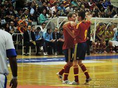 Abrazo Matamoros y Raúl Campos. @SeFutbol España-Grecia. Homenaje a Kike Boned. Ginés Rubio @grl48