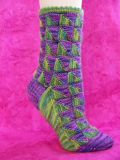 Way cooler than mitered square socks. Crochet Socks, Knitted Slippers, Knitting Socks, Hand Knitting, Knitting Patterns, Knit Crochet, Knit Socks, Knitting Magazine, Shoes