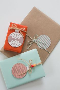 DIY - Gift Wrapping Guide: 15 Ideas for Creative Homemade Tags Creative Gift Wrapping, Present Wrapping, Creative Gifts, Diy Xmas Wrapping, Wrapping Papers, Christmas Gift Wrapping, Christmas Tag, Christmas Crafts, Christmas Balls