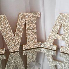 Lindas letras de mdf decoradas com pérolas, confeccionamos em diversos tamanhos. LETRAS DA FOTO media de 18 a 20 cm de altura.