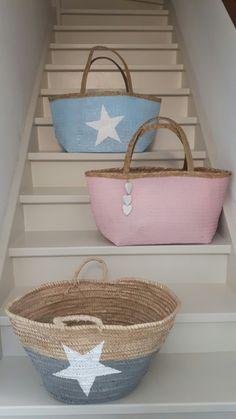 Rieten tassen blauw met witte ster, roze met witte houten hartjes, grijs met witte ster