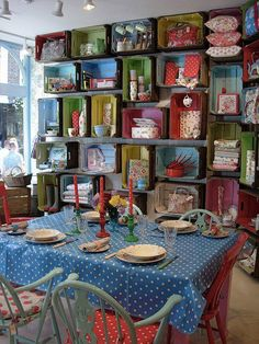 Color in the decoration! - Color in the decoration! – Home Way Informations About Cor na decoração! Painted Furniture, Diy Furniture, Crate Shelves, Kitchen Shelves, Wall Shelves, Box Shelves, Suitcase Shelves, Crate Bookcase, Cupboards
