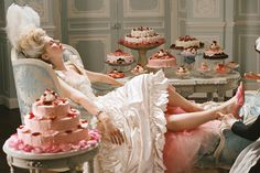 marie antoinette, cake, and Kirsten Dunst εικόνα Marie Antoinette Film, Marie Antoinette Costume, Sofia Coppola, Princess Aesthetic, Foto Art, Kirsten Dunst, Eat Cake, Fashion Beauty, Outfit