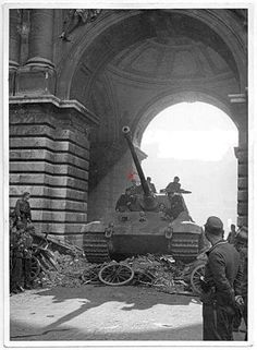 Tiger II (King Tiger) with the tower number passes over the barricades. This tank was from the Heavy Panzer Battalion. The man rightmost (in paratroop helmet) is of the SS-Fallschirmjäger-Bataillon 600 Tiger Ii, World Of Tanks, Buda Castle, War Thunder, Tiger Tank, Tank Destroyer, Ww2 Photos, Ww2 Tanks, Military Photos