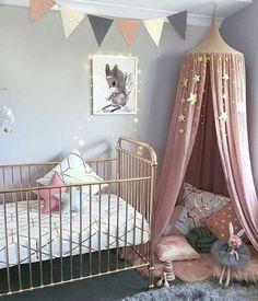 kinderzimmer gestaltung kreatives design im babyzimmer rosa goldene farbe spielzeug kissen sterne bild