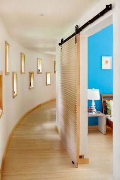 Plus simple que l'installation d'un système à galandage, la pose d'une porte coulissante en applique apporte une vraie touche design originale. Elle sera parfaite pour les ambiances industrielles !