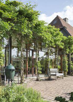 Drömköket rymdes inte i villan – fick eget annex i trädgården. Kika in! Pergola Patio, Gazebo, Indoor Outdoor, Outdoor Living, Annex, Balcony Garden, Glass House, Aga, Conservatory