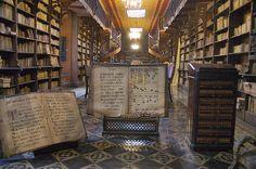 La Biblioteca del Convento de San Francisco en Lima, Perú; una belleza latinoamericana.   Matemolivares