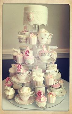 Cupcakes & Cake . Tea Party . Vintage  ~ Absolutely Stunning, Wonderufl, all one could wish for (for a Cake)... !