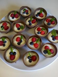 Need to figure out how to make so that I can bring to nutcracker market. Previous pinner states that this is a Chocolate bowl made with a balloon filled with yogurt and berries. Dessert Bars, Dessert Recipes, Desserts, Great Recipes, Favorite Recipes, Chocolate Bowls, Food Carving, Good Food, Yummy Food
