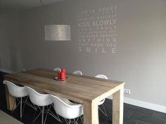 Tafel van steigerhout gemaakt door Loft010 gecombineerd met de stoelen van Eames.