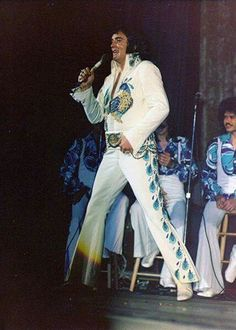 Ft Worth, TX. June 15, 1974. (3:00 pm show). Seated behind Elvis is the group, Voice. They were positioned on the left of the stage opposite the Stamps, Inspirations, and Kathy. They were only with Elvis about a year before disbanding. But, tenor Sherrill Neilson, stayed on ax a featured tenor vocalist with Elvis stage group, moving to the right of the stage, beside the Inspirations