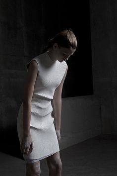 Sombre et futuriste, vous voici dans l'univers d'Anja Dragan.  Cette jeune designer slovène encore étudiante a pourtant un style déjà bien défini. Elle maîtrise à la perfection le volume mais surtout les textures qui accentuent la dimension dramatique de ses vêtements.