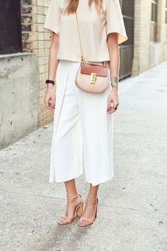 love these white culottes Street Style Outfits, Looks Street Style, Looks Style, Cullotes Street Style, Style Désinvolte Chic, Style Me, Pants Outfits, Culottes Outfit, Cullotes Outfit Chic