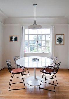 saarinen tulip table with bertoia wire chairs Table And Chairs, Dining Table, Dining Rooms, Room Chairs, Dining Area, Ikea Table, Eames Chairs, Small Dining, Mesa Saarinen